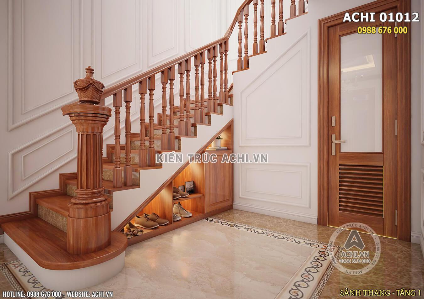 Khu vực dưới cầu thang được tận dung làm kệ để giày tiện nghi