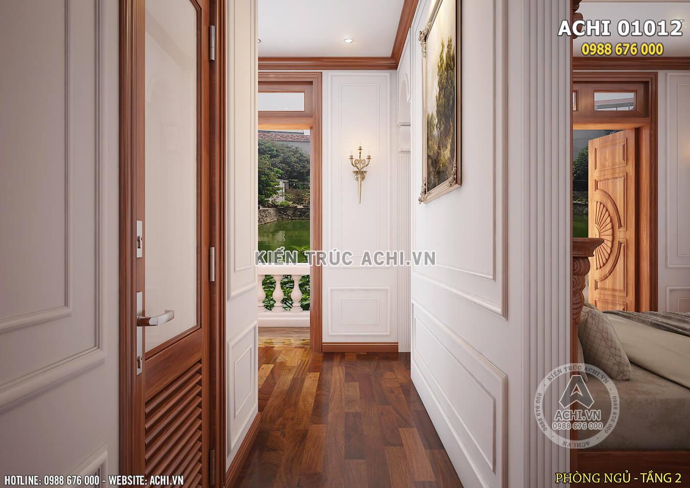 Lối ra ban công thư gian của phòng ngủ kiến trúc tân cổ điển